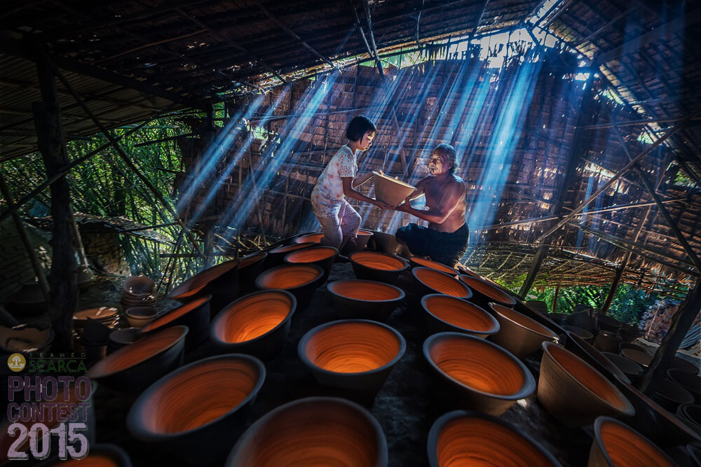 PEOPLE'S CHOICE: Zay Yar Lin (Yangon, Myanmar) [br] Preparing to bake pots in Twantae, Irrawaddy Division.